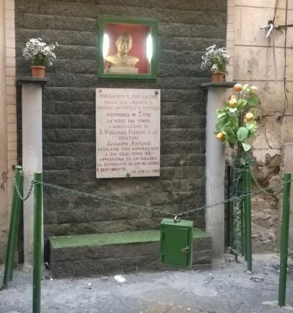 La lapide e la scultura dedicate a Totò alla Sanità a Napoli