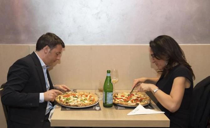 Il presidente del Consiglio Matteo Renzi mangia una pizza con il candidato sindaco del Pd Valeria Valente, Napoli, 06 aprile 2016. Il premier e la deputata sono in una famosa pizzeria del capoluogo campano, dove si sono recati subito dopo l'incontro nella prefettura di Napoli tra Renzi e l'ex sindaco Antonio Bassolino, sfidante di Valente alle primarie. ANSA/UFFICIO STAMPA PALAZZO CHIGI-TIBERIO BARCHIELLI +++ ANSA PROVIDES ACCESS TO THIS HANDOUT PHOTO TO BE USED SOLELY TO ILLUSTRATE NEWS REPORTING OR COMMENTARY ON THE FACTS OR EVENTS DEPICTED IN THIS IMAGE; NO ARCHIVING; NO LICENSING +++
